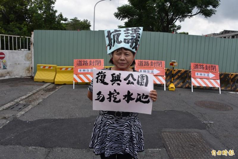 屏東市復興公園自立南路段7日突擊封閉,蔣月惠仍然持續抗議。(記者葉永騫攝)