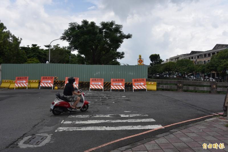 復興公園自立南路段突然封閉,民眾得改道行駛。(記者葉永騫攝)