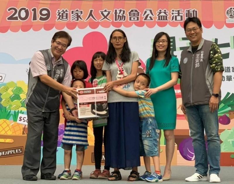 桃園市副市長游建華(左)和社會局長王安邦(右)一塊出席活動。(記者陳恩惠翻攝)
