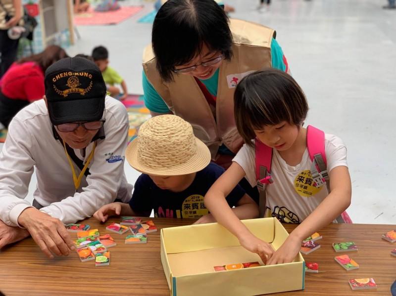 社會局表示,透過親子活動可以讓父母、子女間的感情更濃厚。(記者陳恩惠翻攝)