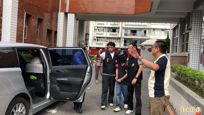 警方將林姓嫌犯移送。(記者歐素美攝)