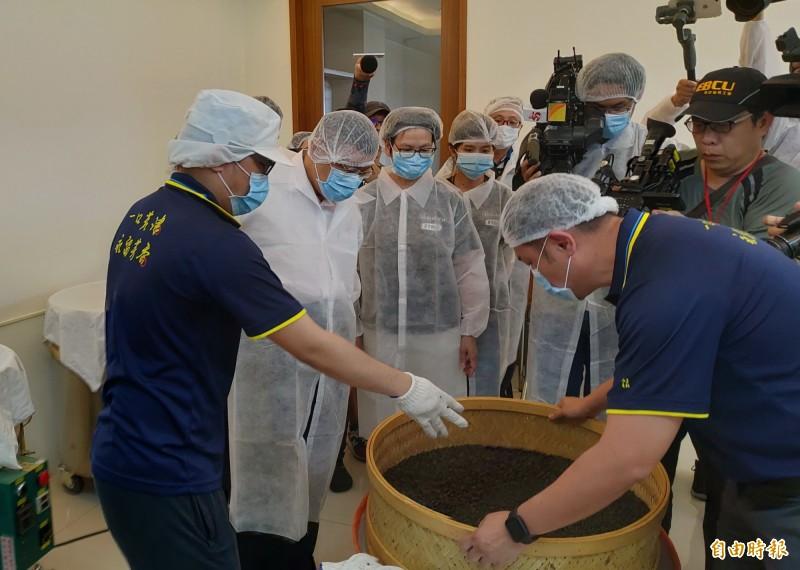 柯文哲(左二)穿上防塵衣參訪台南和順工業區津香茶業的商業茶製造過程。(記者蔡文居攝)