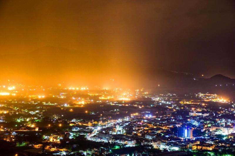 埔里盆地6日夜晚下起黃雨和紅雨,左邊是黃雨,右邊是紅雨。(陳琪元提供)