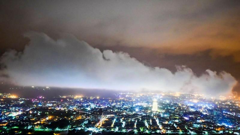 埔里盆地6日夜晚雨停後形成美麗的雲浪。(陳琪元提供)