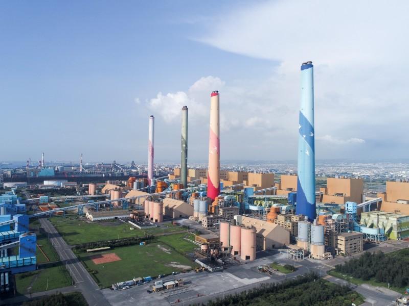 台中市日前以中火機組換證展延,要求減煤至一千一百零萬噸,與台電引發缺電爭議。(記者蔡淑媛翻攝)