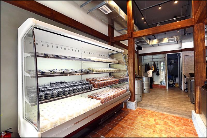 一進門就能看到一旁的小菜販售區。(記者沈昱嘉/攝影)