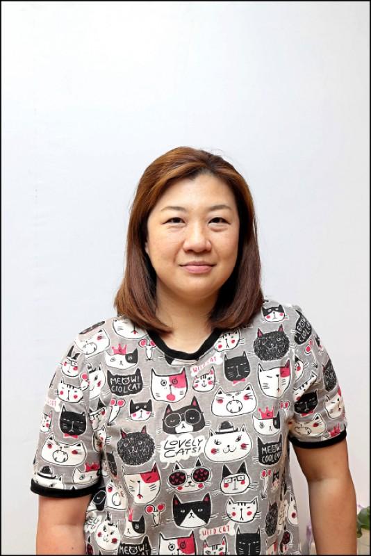 布媽/寵物溝通師、寵物按摩師,經營「布貓花園療癒莊園」,擅長寵物溝通、寵物按摩等,並時常針對寵物溝通與按摩技巧開班授課,幫助毛小孩的爸媽更理解愛寵的內心。布媽為日本JPMA協會官方認證的台灣區貓咪按摩教師,同時也是台灣寵物按摩達人。(記者陳宇睿/攝影)