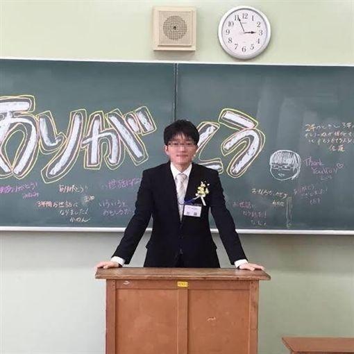 這名老師穿著正式,在講台上架式十足,卻被爆料兼差當AV男優。(圖擷自PTT)