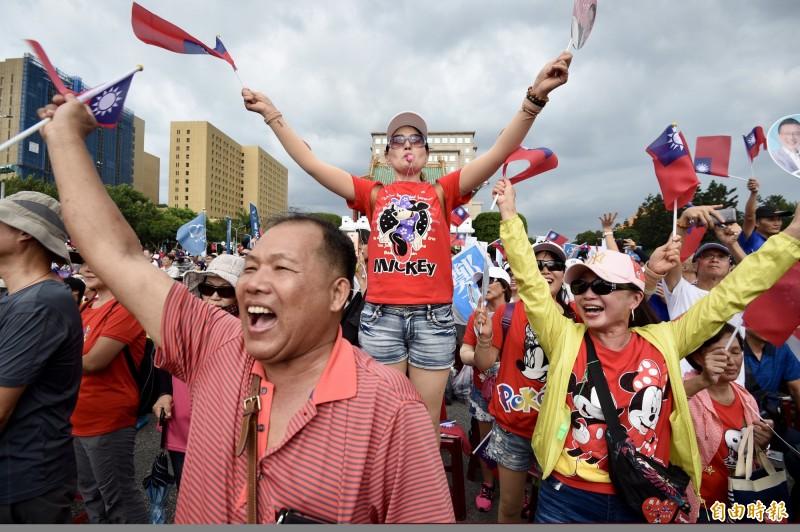 國民黨7日在凱道舉辦「反鐵籠公投凱道大會師」活動,支持者熱情為台上總統初選參選人加油。(記者羅沛德攝)