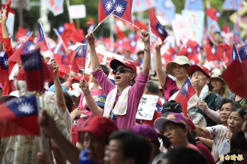 國民黨7日在凱道舉辦「反鐵籠公投」造勢活動,支持者熱情參與搖旗吶喊。(記者叢昌瑾攝)