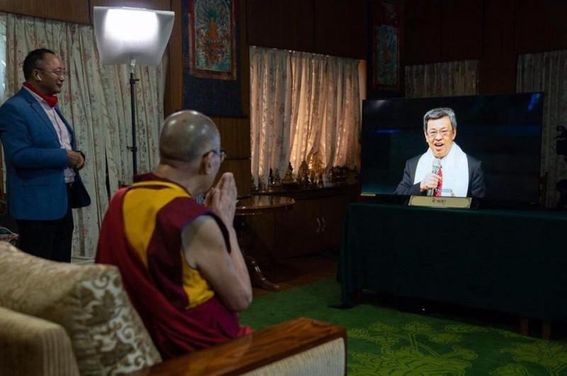 達賴喇嘛觀看陳建仁透過現場視訊,祝賀生日快樂的畫面。(圖擷取自Dorjee Sodor Facebook)