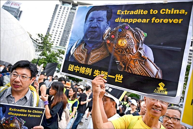 大批港人七日在九龍地區遊行,持續對「逃犯條例」發出怒吼,終點則是中國「廣深港高鐵」的香港西九龍站。(法新社)
