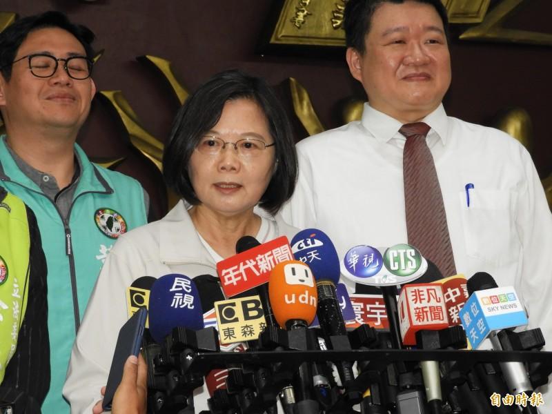 蔡英文總統今天到新北市議會,與民進黨團議員舉行「便當會」。(記者賴筱桐攝)