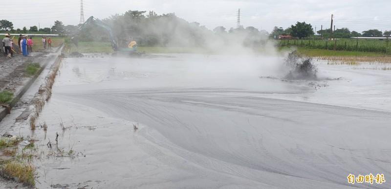 萬丹泥火山噴發,農民調派怪手在現場疏導。(記者葉永騫攝)