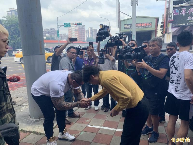 網路紅人「館長」陳之漢(左),離開時,兩度對詹江村議員鞠躬握手致歉。(記者陳恩惠攝)