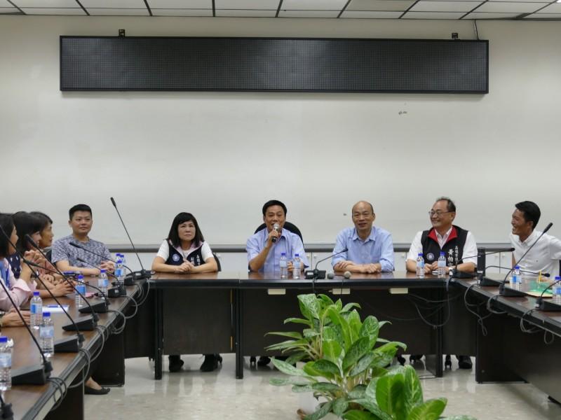 高市議長許崑源(座位前方左2)邀集國民黨團與無黨籍議員,與高雄市長韓國瑜(座位前方右2)對談市政。(記者王榮祥翻攝)