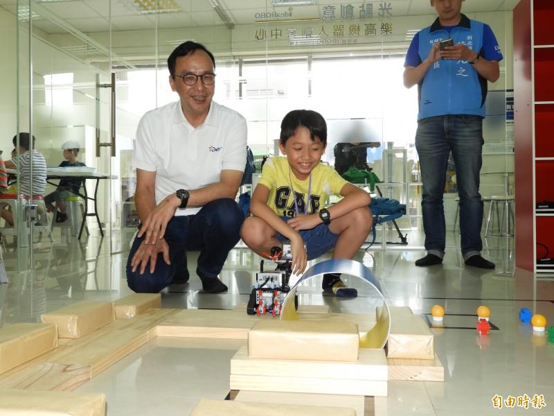 前新北市長朱立倫今天參訪板橋區「光點創意樂高機器人創客中心」。(記者賴筱桐攝)