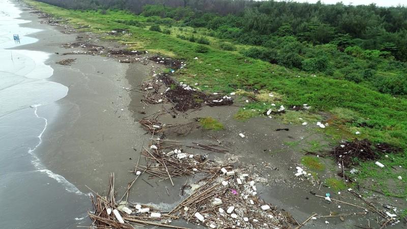 從空拍畫面,可以看出整個海岸線全是廢蚵架和保麗龍。(晁瑞光提供)