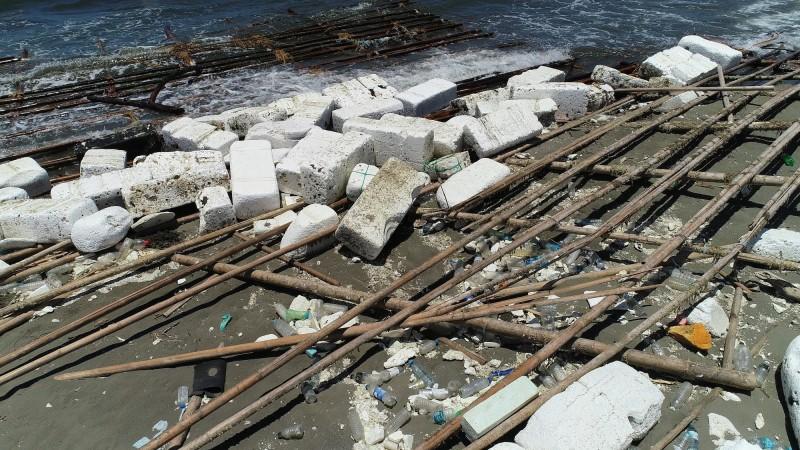 大量漁業用保麗龍被沖上岸,台江國家公園海岸線亂成一團。(晁瑞光提供)