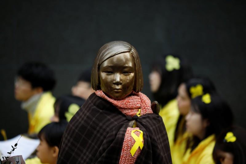 首爾近郊一慰安婦銅像遭4名年輕人吐口水,他們還佯裝為日本人與台灣人,警方獲報後逮捕4名男子,發現他們全都是韓國人。(路透)