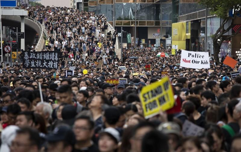 針對香港政府欲修訂《逃犯條例》,駐奧地利代表史亞平投書奧國媒體,表示透過中國政府的行為,可以證明一國兩制是不可行的,而台灣身為亞洲的民主燈塔,會支持並協助香港。圖為香港昨日舉行的77遊行。(彭博)