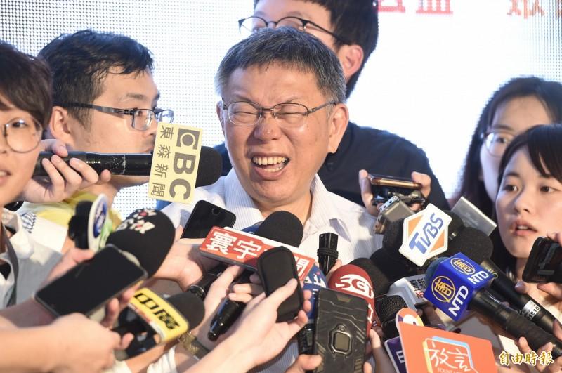 台北市長柯文哲8日出席台北NPO聚落「入厝」同歡會,就時事相關接受媒體訪問,隨後與來賓李安妮等人一同主持啟用儀式。。(記者叢昌瑾攝)