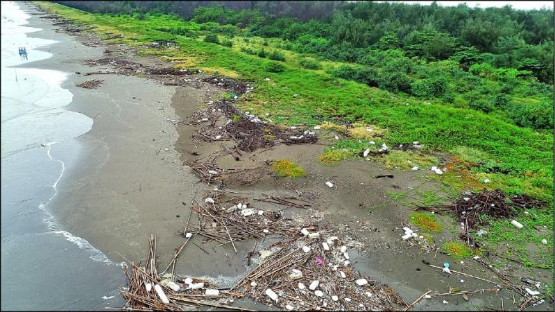 保麗龍被沖向鹿耳門溪北側的台江國家公園,海岸線亂成一團。(晁瑞光提供)