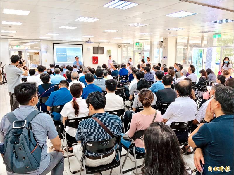 新北市政府經濟發展局昨在三重區過圳市民活動中心舉辦「新北市工業區立體化方案」第1場說明會,吸引不少廠家聆聽。(記者陳心瑜攝)