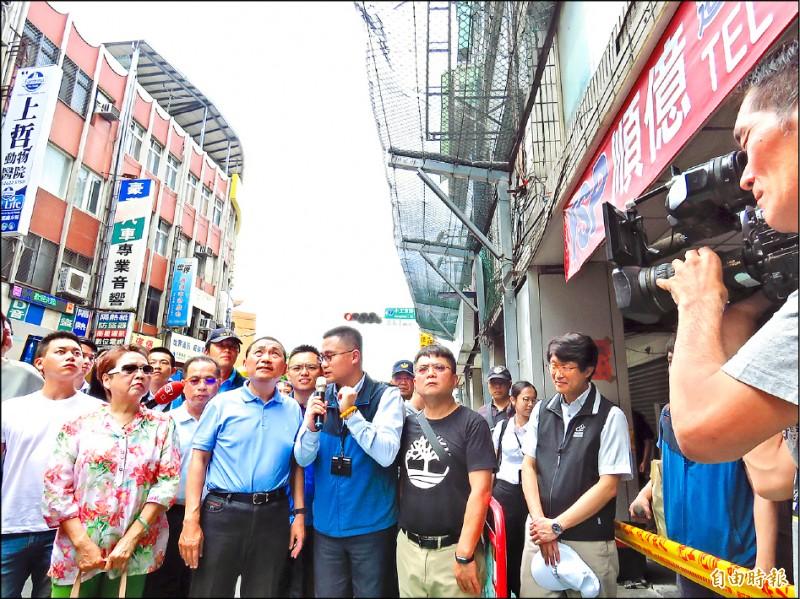 新北市長侯友宜(前排左二)昨天勘察東來大廈斷水斷電、住戶搬遷情形。 (記者陳心瑜攝)
