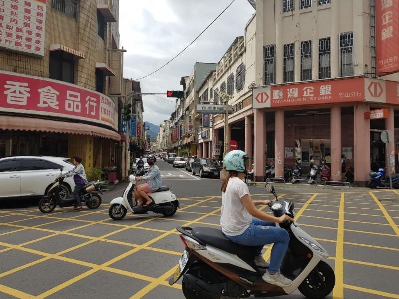 竹山鎮市區大街的單行道,將在八月起開放機車雙向通行,汽車則維持單行方向,另外,「橫街」(圖中)單行道方向則會改向。(記者劉濱銓翻攝)