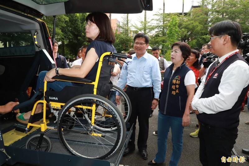 交通部長林佳龍(左2)、台中市副市長楊瓊瓔(右2)現勘輪椅上下通用計程車操作示範。(記者張菁雅攝)