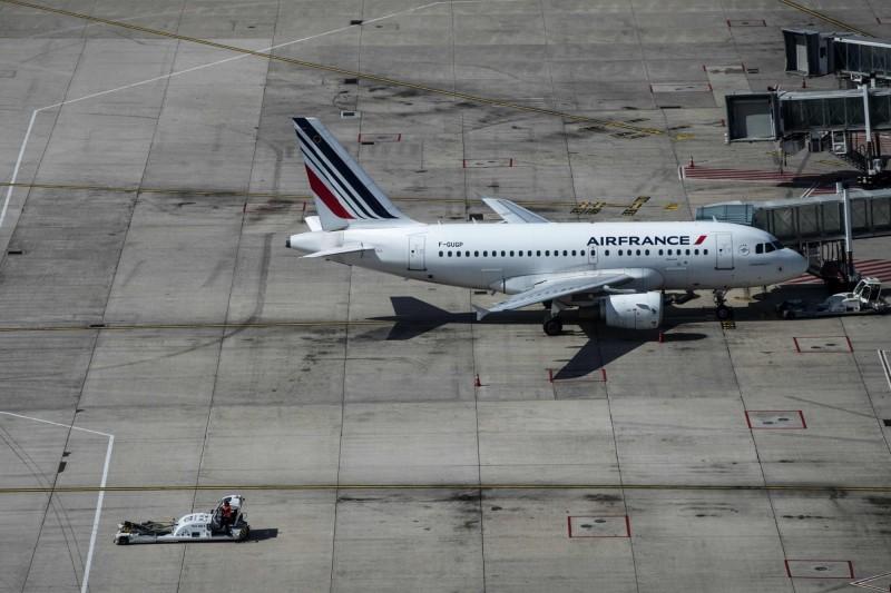 法國交通部長伯恩(Elisabeth Borne)今(9)日表示,政府將對從法國出發的航班機票開徵生態稅。圖為法航客機停在巴黎戴高樂機場。(法新社)