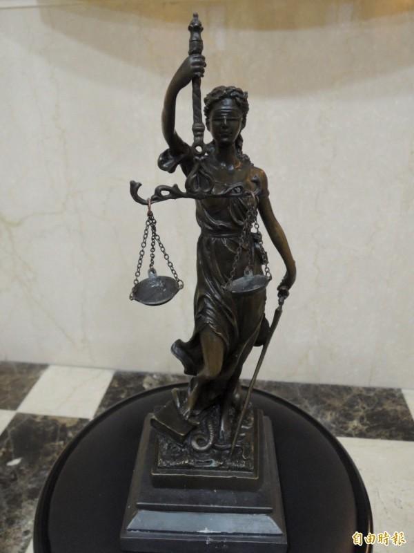 檢察官根據監視器畫面及其他在場者的證詞,認為藍男並無女子指控的行為,同樣予以不起訴。(示意圖)