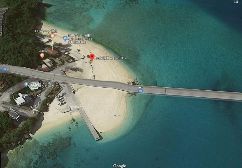 一名台灣男子日本時間8日上午10時20分左右,在沖繩縣本部町瀨底一座海水浴場,為了搶救被海浪捲走的女兒而溺水。雖然男子被救起,但送後仍不治身亡。(擷取自Google Map)