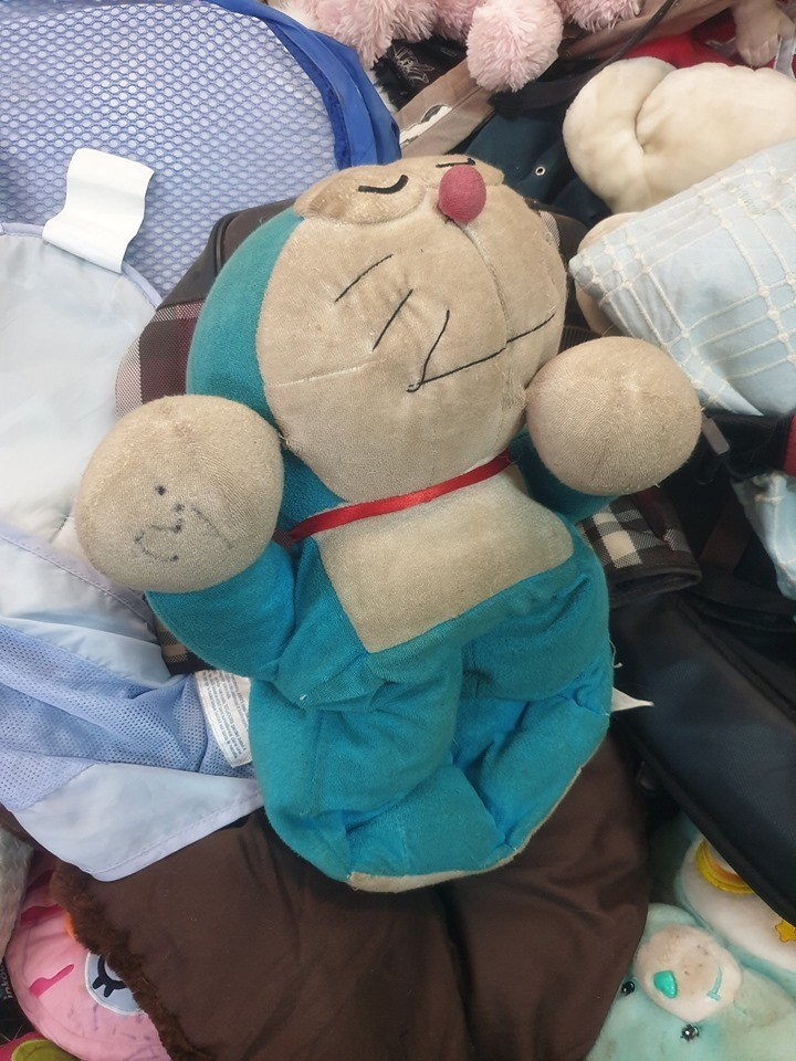 吳建衡在玩具區看到了台灣人所熟悉的小叮噹娃娃,上面寫著3,代表是當地錢3元,換算台幣大概就是30元,可是這個小叮噹,根本已經不是原本臉頰豐滿,藍白分明的機器貓,而是泛黃,軟趴趴窩在一角的一個不起眼玩具。(圖由吳建衡提供)