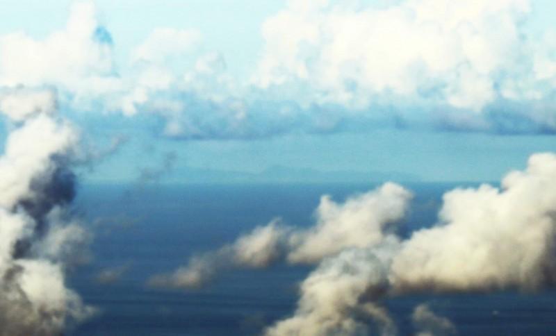 日本學者海部陽介在2017年於花蓮太魯閣,用肉眼看到155公里外的與那國島,再以相機拍下這座島嶼。(圖中間位置)。(記者黃明堂翻攝)