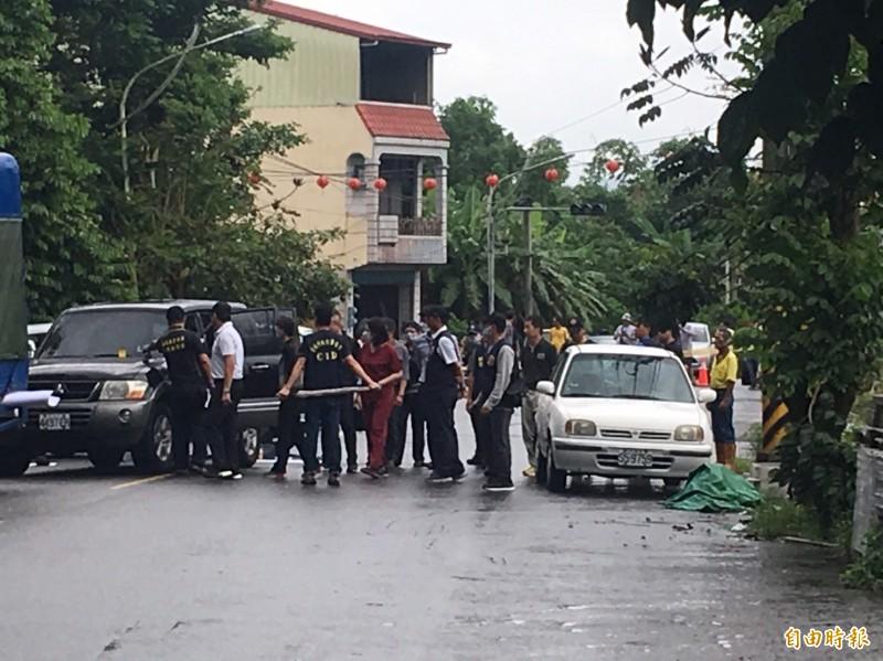 檢察官到嘉義縣大埔鄉警匪槍擊案現場相驗。(記者蔡宗勳攝)