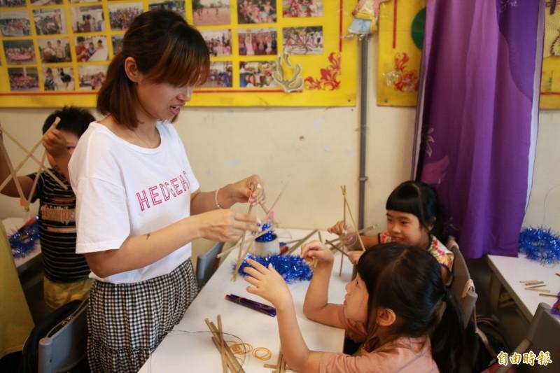 新住民媽媽與新二代孩童們一同開心動手做燈籠,歡笑聲不斷。(記者鄭名翔攝)