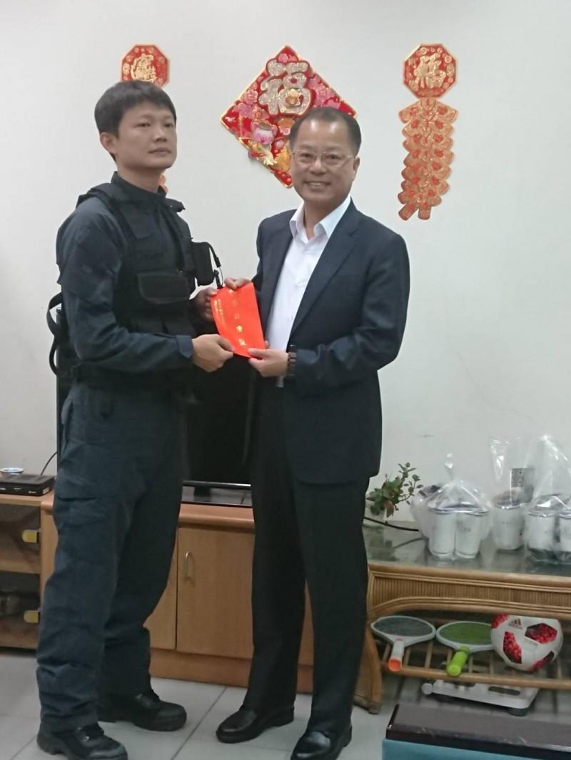 刑事局長黃明昭慰問在槍擊要犯駁火中受傷的保一維安特勤隊員許仁鴻。(記者邱俊福翻攝)