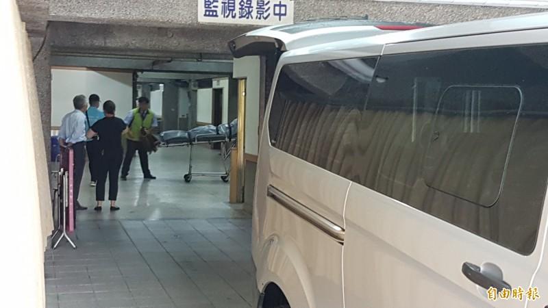 槍擊要犯陳宏宗的遺體送到殯儀館解剖相驗。(記者林宜樟攝)