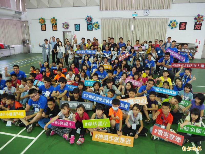 「看見家鄉─小小導演初階培訓營」,學員與老師和來賓大合照。(記者陳鳳麗攝)
