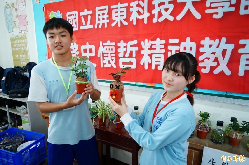 屏科大的師資生到國中與國中生教學相長,國中生拿著自製的生態瓶和水苔球。(記者陳彥廷攝)