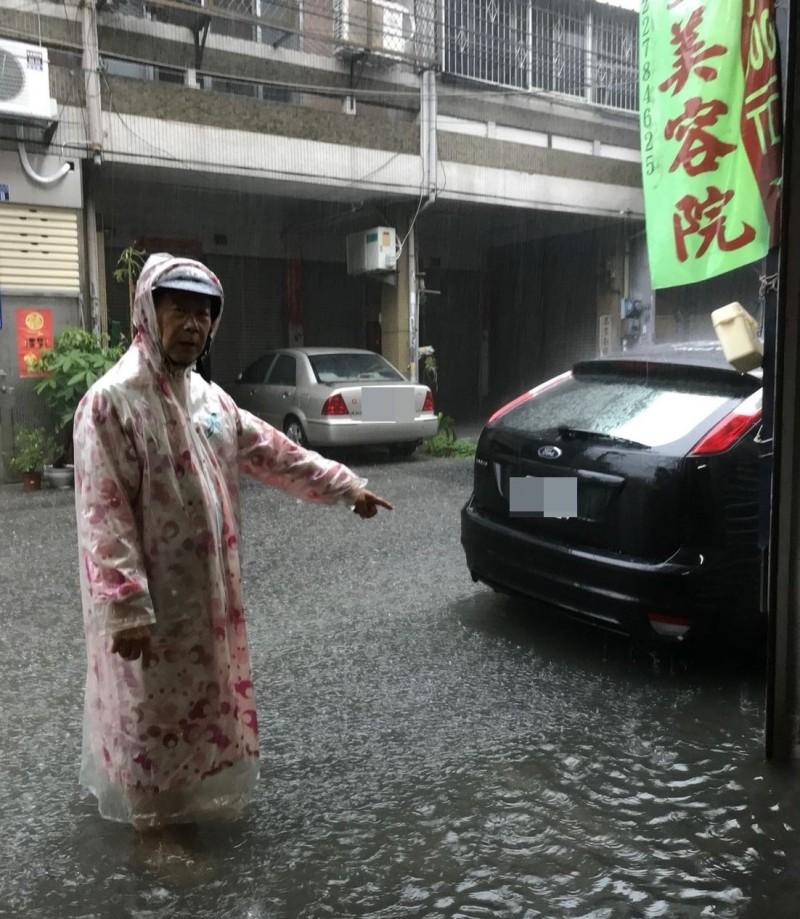 太平區宜昌里長林進發表示,里內中山路3段25巷26弄的排水側溝太小,每逢大雨就淹水。(記者陳建志翻攝)