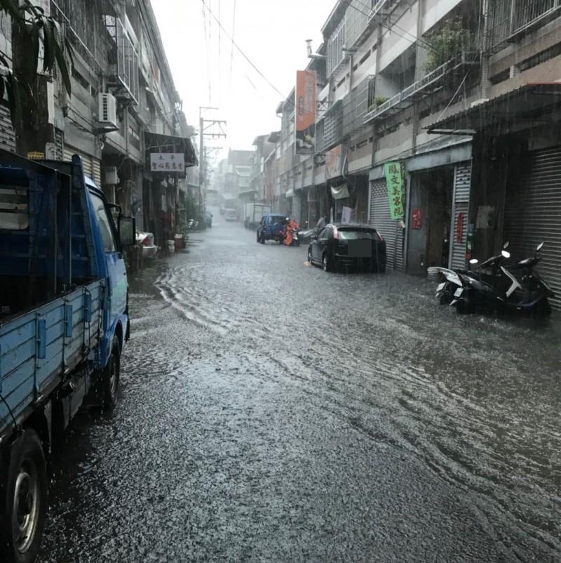 太平區宜昌里長林進發表示,太平中山路3段25巷26弄的排水側溝太小,每逢大雨就淹水。(記者陳建志翻攝)