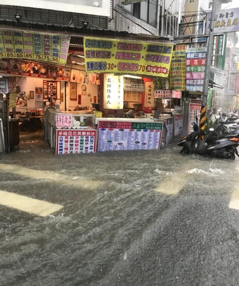 太平區中山路3段在53巷口附近,520大雨時水淹半個輪胎高,里長林進發建議在上游進行截流。(記者陳建志翻攝)