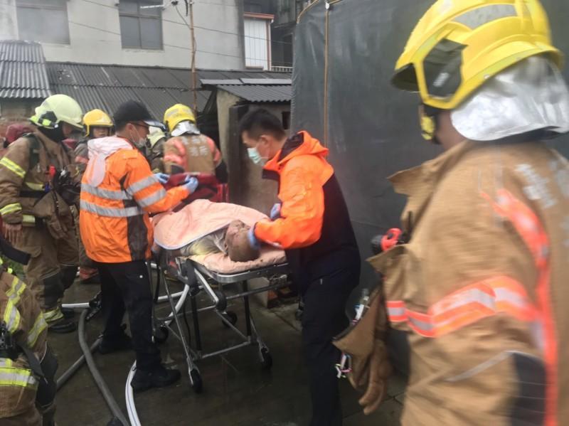 新營區南昌街一處平房下午發生火警,消防隊趕往灌救,救出一名男性送醫急救。(記者楊金城翻攝)