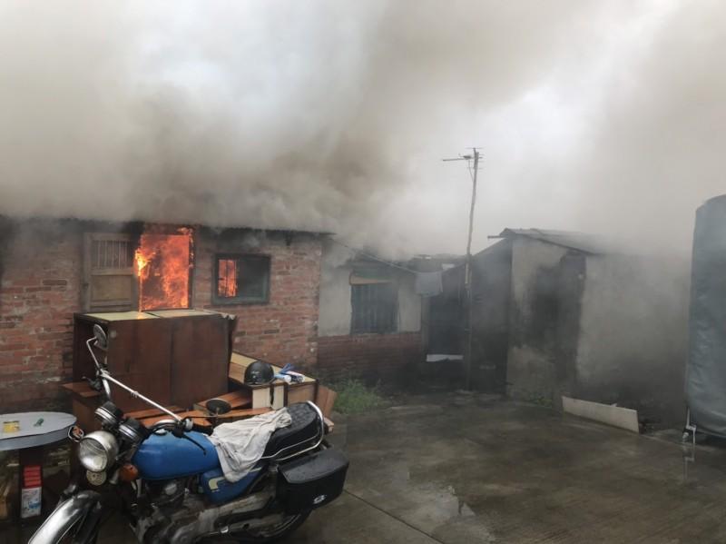 新營區建業路一處平房下午發生火警,消防隊趕往灌救,救出一名男性送醫急救。(記者楊金城翻攝)