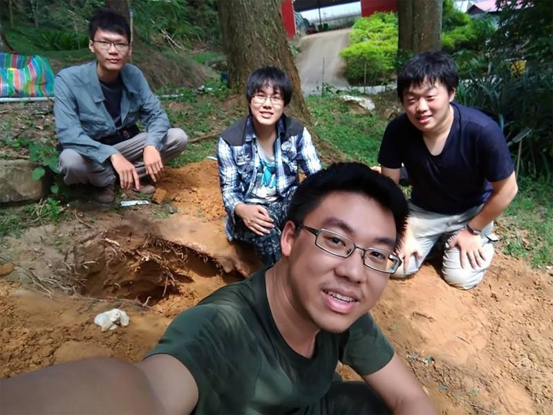 邱俊禕(圖前)與歐玠皜(圖後右一)研究土白蟻與真菌共生機制,找到防治經濟害蟲點子。(圖:興大提供)