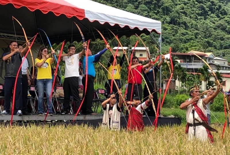 收割稻子前以賽德克射箭儀式來啟動。(水保局南投分局提供)