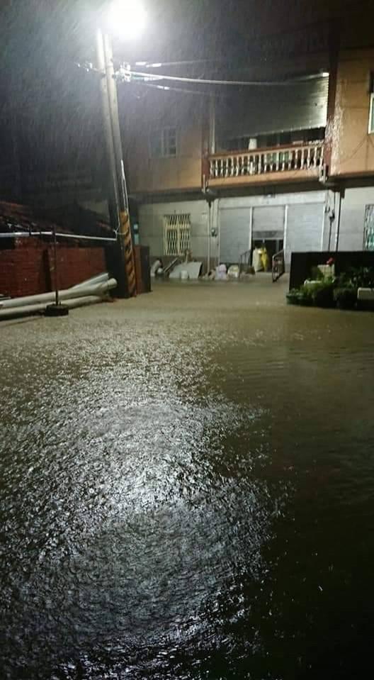 網友po出高市路竹頂寮里淹水照片。 (擷取自公民割草行動)